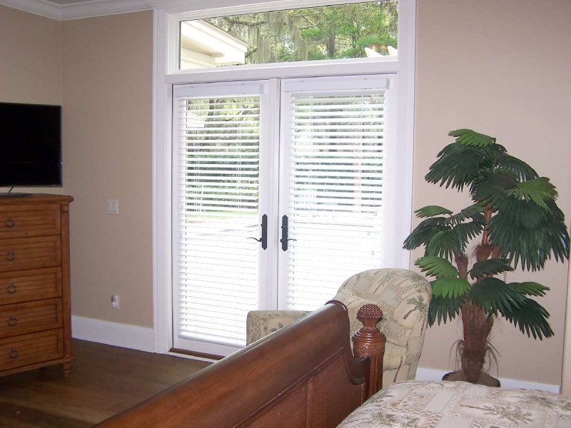 horizontal-blinds-on-door-32